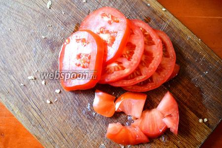 Нарезаем 2 помидора.