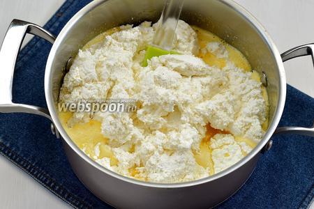 Творог (750 г) протереть сквозь сито. 4 яйца взбить с сахаром (20 г). Соединить взбитые яйца, творог, сахар, ванильный сахар (20 г) и пудинг (40 г). Хорошо перемешать.