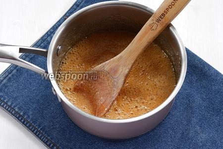 Довести до кипения и готовить на небольшом огне до янтарного цвета (7-10 минут).