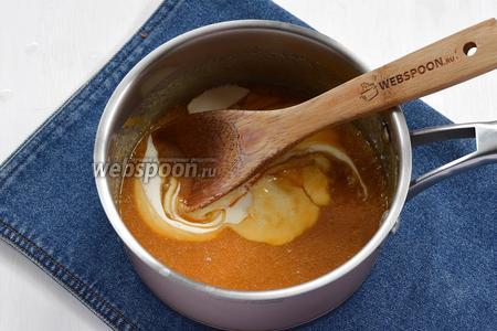 Влить горячие сливки (125 мл) и варить до нужной консистенции (капаем на холодную поверхность несколько капель, даём застыть и пробуем нравится ли консистенция).