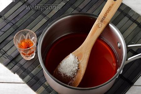 Ягоды удалить, а отвар соединить с сахаром (2 ст.л.) и коньяком (30 мл). Перемешать до растворения сахара.