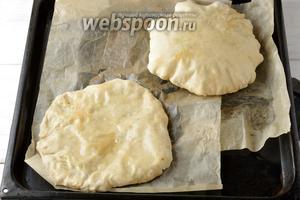 Выложить плацынды на протвинь с пекарской бумагой.  Выпекать в предварительно разогретой до 220°С духовке до лёгкой, золотистой корочки.