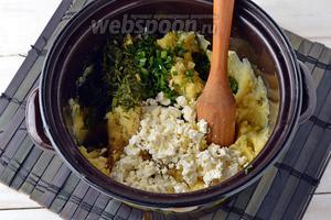 Картофель (800 г) очистить, отварить до готовности.  Слить воду. Добавить 150 г творога, нашинкованный лук (50 г) и укроп (1 пучок). Приправить солью (1 ч. л.) и перцем (0,5 ч. л.). Потолочь до образования однородной начинки.