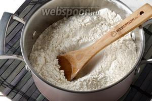 Муку (500 г) просеять с солью (1 ч. л.). Добавить подсолнечное масло (3 ст. л.). Перемешать.