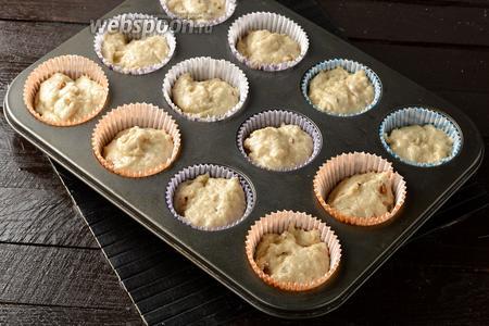 Быстро соединить все ингредиенты и разложить тесто по 12 формочкам, заполняя их на 2/3 объёма.