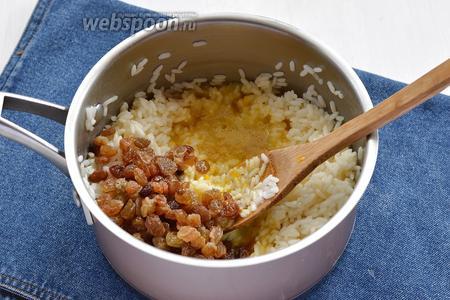 Добавить промытый изюм (4 ст. л.), взбитое с сахаром (0,25 ст.) 1 яйцо. Перемешать.