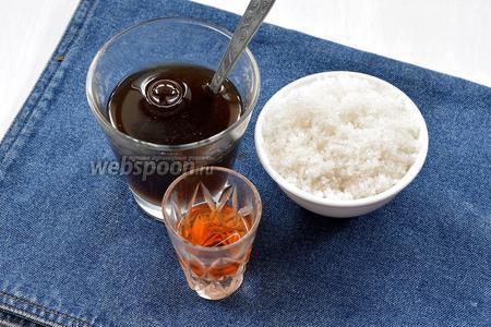 Соединить охлаждённый чай, 2 ст. л. сахар, 2 ст. л. коньяка.