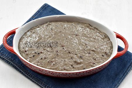 Форму для выпечки смазать подсолнечным маслом (2 ст. л.) и вылить в неё тесто.