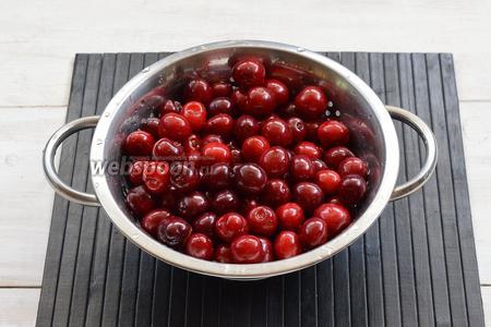 У черешни удалить плодоножки, повреждённые ягоды. Промыть черешню под проточной водой.