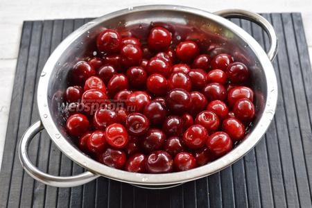 Черешню (1 кг) перебрать, удалить испорченные и мятые ягоды, плодоножки. Хорошо промыть под проточной водой.