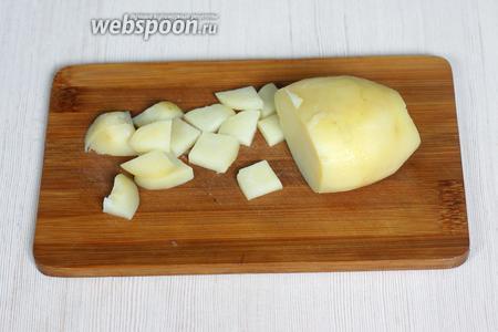 Картофель (1 шт.) отвариваем до готовности и режем произвольно.