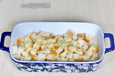 Хлеб (70 г) режем кубиками, сбрызгиваем оливковым маслом (1 ст. л.) и подсушиваем в духовке при 180°С 10 минут.