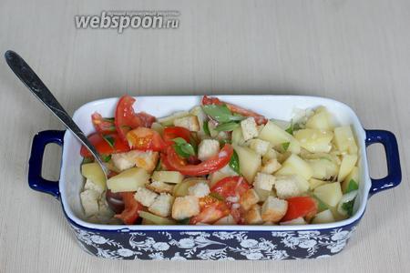 Соединяем картофель, томаты, маринованный лук, гренки и зелень, выдавливаем 1 зубчик чеснока. Заправляем оставшимся оливковым маслом. Соль по вкусу. Подавать сразу же.