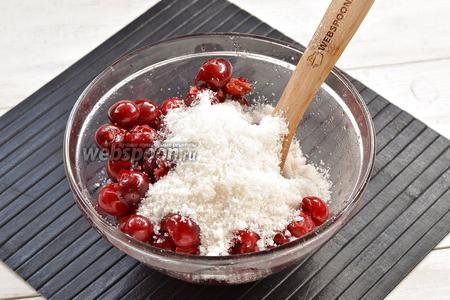 Черешню (1 кг) хорошо промыть. Удалить косточки и плодоножки. Засыпать сахаром (1 кг), добавить лимонную кислоту (6 г)и оставить на 2 часа.