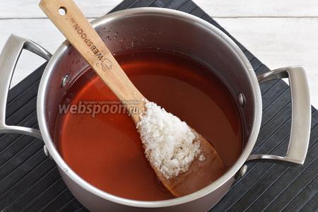 Слить воду в кастрюлю, добавить сахар (500 г). Довести до кипения и проварить 2 минуты.