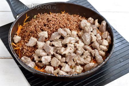 Добавить к овощам подготовленное мясо, промытую гречневую крупу (2 стакана). Приправить солью (1 ч. л.) и перцем (0,5 ч. л.) и обжаривать 2-3 минуты.