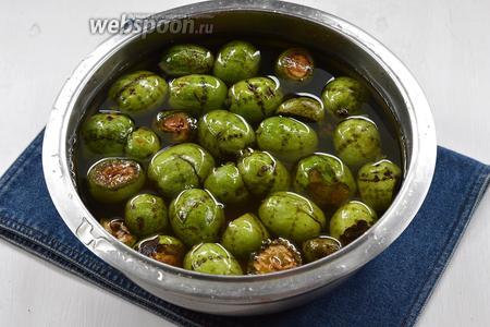 Залить орехи холодной водой. Выдержать орехи в воде 8-10 дней, меняя каждый день воду 2-3 раза.