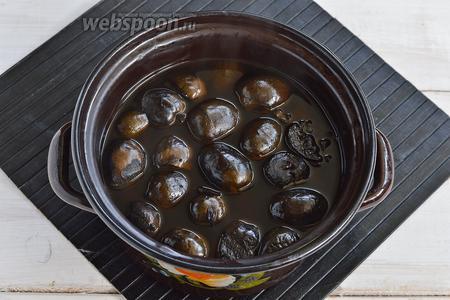 Залить орехи полностью водой и проварить 3 часа. При этом орехи потемнеют полностью и станут очень мягкими (будут соскальзывать со спицы, если их проколоть).