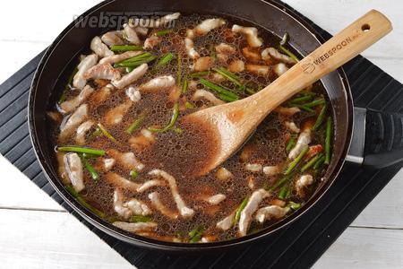 Влить подготовленный соус, перемешать. Довести на большом огне до кипения.