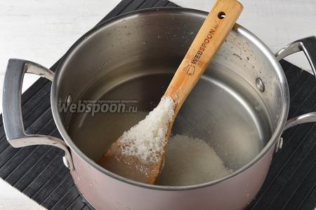 1 литр воды соединить с сахаром (4 ст. л.). Довести до кипения, помешивая, чтобы растворился сахар, а затем полностью охладить сахарный сироп.