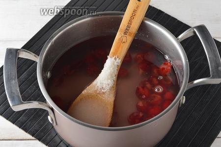 Из помытой вишни (200 г) удалить косточки. Поместить в кастрюлю 2/3 вишни, налить 1 литр воды и засыпать сахар (6 ст. л.). Довести до кипения и проварить 3 минуты. Полностью охладить.