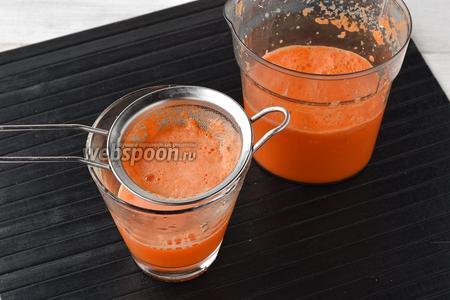 Процедить сок через мелкое сито.