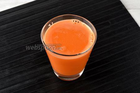 Свежевыжатый морковный сок готов.