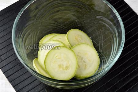 Поместить кабачковые колечки в миску и добавить подсолнечное масло (1 ст. л.). Хорошо перемешать, чтобы кабачки были покрыты подсолнечным маслом со всех сторон.