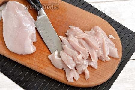 Куриное филе (700 г) вымыть, протереть бумажными салфетками для удаления лишней влаги и нарезать полосками или небольшими кусочками.