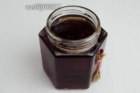Разлить желе из алычи в тёплые стерилизованные банки. Укупорить крышкой. Хранить в прохладном месте. Желе из красной алычи можно подать на десерт, как самостоятельное блюдо, к блинчикам или оладьям.