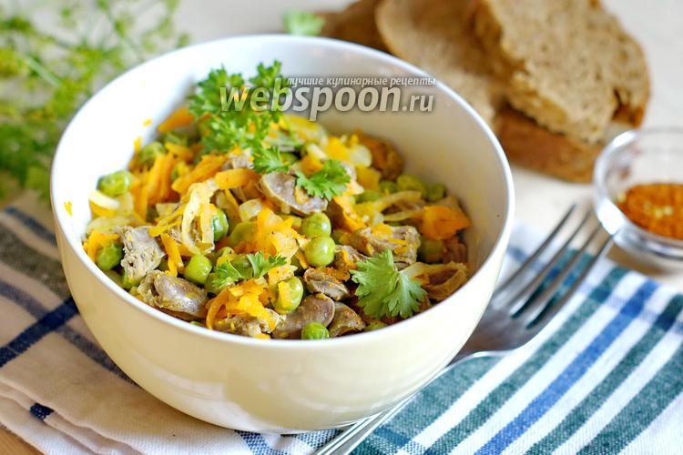 Фото Салат из куриных сердечек с морковью и горошком