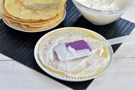 Каждый блин смазать тонким слоем сметанного крема и сформировать торт.