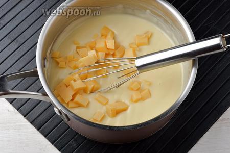 Добавить мелко порезанный сыр (150 г) и мешать, пока он не расплавится.