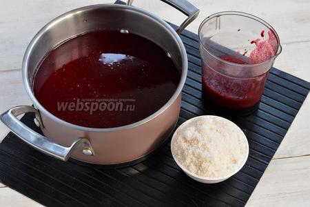 Добавить сахар (5 ст. л.) и хорошо перемешать. Полностью охладить, а затем добавить ежевичный сок и перемешать.