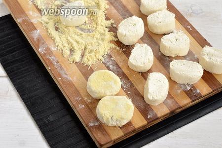 Разрезать жгут на небольшие кусочки (как грецкий орех), придать им круглую форму и запанировать в 2 столовых ложках кукурузной муки (для придания им более золотистого цвета после выпечки).