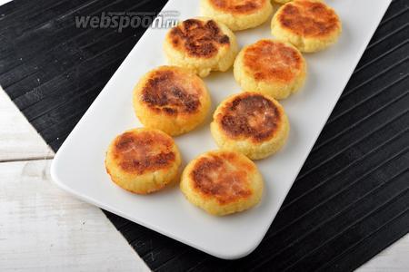 Сырники без яиц в духовке готовы. Такой золотистый цвет они будут иметь с той стороны, которая соприкасалась со смазанным дном силиконовых формочек.