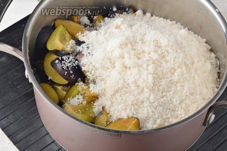 В толстостенной кастрюле соединить сливы и сахар (2 стакана). Перемешать и оставить на 5-6 часов.