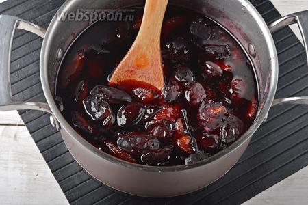 Довести сливы до кипения и готовить после закипания на небольшом огне 5 минут. Снять с огня и дать полностью остыть.