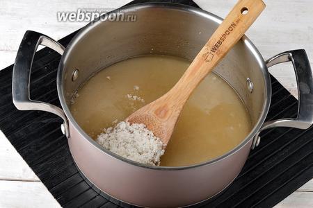 В толстостенной кастрюле соединить воду (150 мл) и сахар (600 г). Довести, помешивая, до кипения и проварить 5 минут.