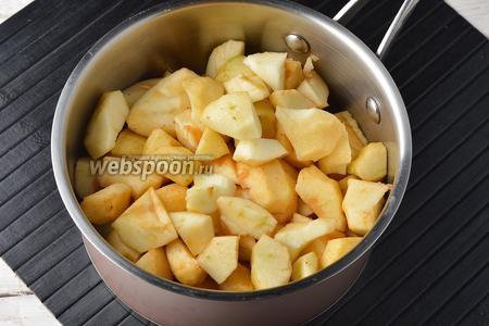 Яблоки (1 кг) вымыть, очистить от кожуры, удалить семенную коробку. Порезать яблоки средними кусочками (не тонкими дольками, так как тонкие дольки, при таком способе приготовления, просто развалятся и превратятся в кашу).