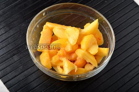 Тем временем очистить 2 персика от кожуры и удалить косточки. Порезать персики на кусочки.