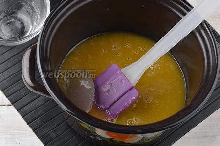 Соединить горячую персиковую массу и набухший желатин. Перемешать, чтобы желатин полностью растворился. Охладить до комнатной температуры.