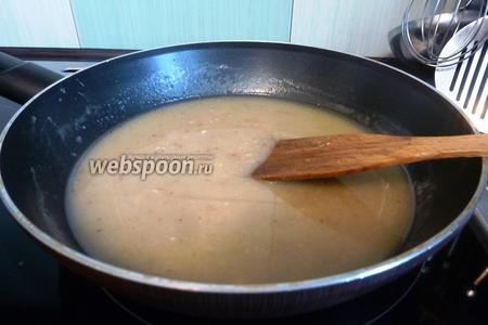 С готовой курицы слить бульон и процедить его. Добавить его в сковороду, к обжаренной муке. Интенсивно размешивать венчиком, чтобы не было комочков. Доведём до кипения и проварим 1 минутку.
