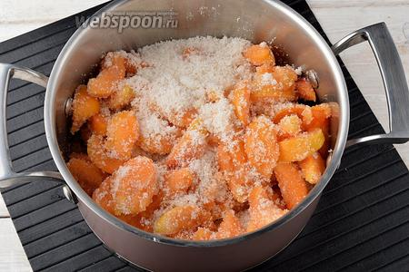 Поместить подготовленные абрикосы в кастрюлю, пересыпая их сахаром (500 г). Оставить на 10-12 часов.