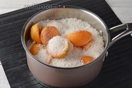 Выложить абрикосовые половинки в посуду слоями, засыпая их сахаром (1 кг). Оставить на 12 часов в холодильнике.