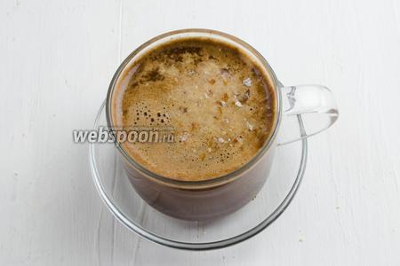 Посыпать готовый кофе молотым орешком миндаля (1 орешек на чашку). Подать напиток на десерт.