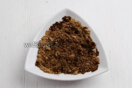 Кофе (3 ч. л.) смешать с корицей (2 ч. л.) и мускатным орехом (1 щепотка).