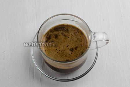 Наполнить половину чашки горячим кофе.