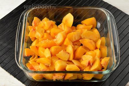 Персики (600 г) вымыть, очистить от кожицы, удалить косточку. Нарезать персики средними кусочками.