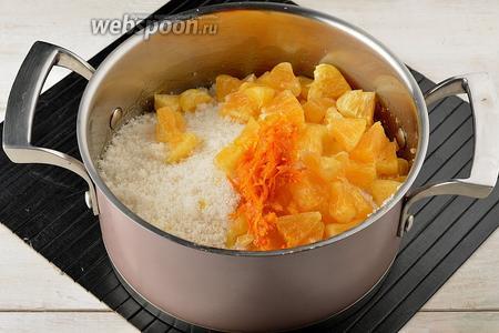 В толстостенной кастрюле соединить персики, цедру и мякоть апельсина, сахар (600 г).